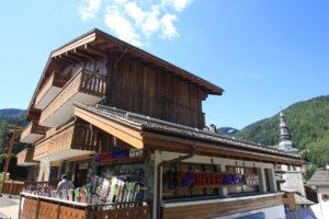 Le magasin Intersport situé au coeur du village de La Clusaz est spécialisé  dans la location de skis   snowboards. 268d757088f